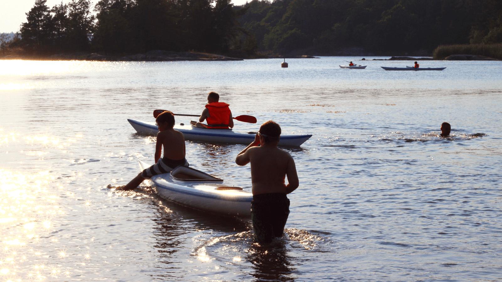 Barn som paddlar kanot